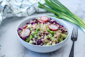 Asiatisches Quinoa-Gericht mit Radieschen und Edamame