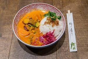Asiatisches Wok & Bowl Essen im Coa Restaurant: Red Hot Chili Curry mit Rindfleisch, Süßkartoffeln, Gemüse und Reis, neben Essstäbchen