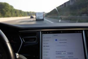 Assistenzsystem: Einstellungen auf dem Touchscreen im Tesla Model S für die Autopilot-Funktion
