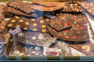 Assortierte frische Brechschokolade mit Erdbeere, Kokos, Nüssen und Keksen, dekoriert mit Raffaello