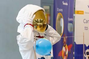 Astronaut am am Startup-Messestand der Mirabilo Lernsoftware für projektbasierte Lernmethoden