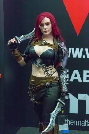Attraktive Cosplayerin mit langen Messern auf der Gamescom 2018