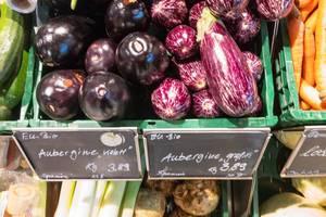Aubergine violett und graffiti im Supermarkt
