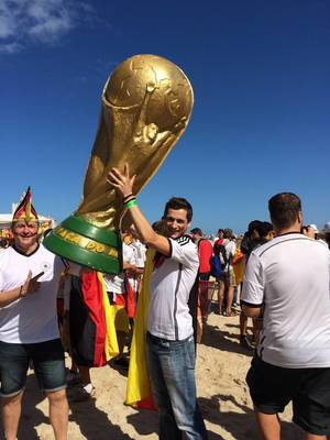 Auch ich war an der Reihe das Pokal in die Höhe zu hieven - Fußball-WM 2014, Brasilien
