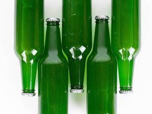 Auf der Seite liegende Bierflaschen