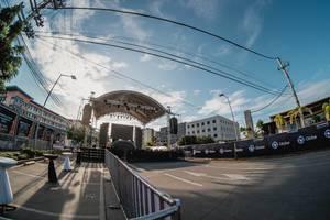 Aufbau mit Bühne vor Start des Musik Festivals Dinagyang in Atria Iloilo, Philippinen