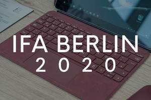 """Aufgeklappter Laptop auf einem Holztisch, mit dem Bildtitel """"IFA Berlin 2020"""""""