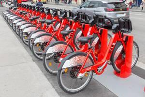 """Aufgereihte Fahrräder mit Schutzblech und QR-Code von """"bicing"""", dem größten Radverleih am Placa de Catalunya in Barcelona, Spanien"""