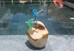 Aufgeschlagene Kokosnus zum Trinken