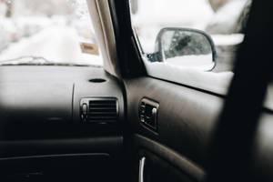 Aufnahme im Auto, mit Fokus auf Türgriff