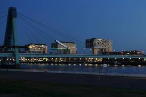 Aufnahme von Kölns Kranhäusern bei Nacht