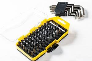 Aufsätze für Schraubenzieher in unterschiedlichen Formen und Größen in gelber Kunststoffbox