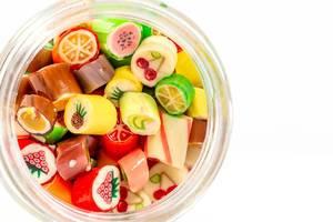 Aufsicht auf ein Glas mit fruchtigen Lutschbonbons