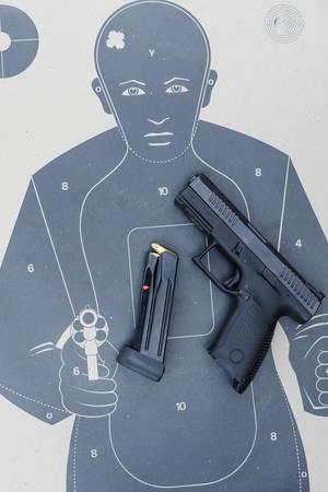 Aufsicht auf eine Glock Pistole mit geladenem Magazin auf einer Zielscheibe