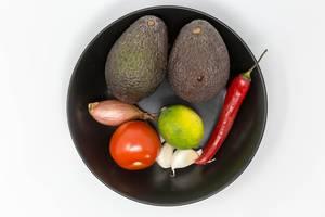Aufsicht - Guacamole Mix Zutaten - Avocado, Tomate, Zwiebel, Knoblauch, Limette und Chilischote