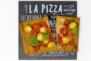 Aufsicht - Lizza Pizza - Bruschetta - Chia-Vegan-Leinsamen-Pizzaboden mit frischen roten und gelben Kirschtomaten belegt