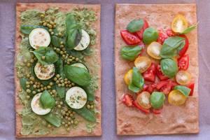 Aufsicht - Lizza Pizza mit Chia-Vegan-Leinsamen Pizzaboden mit Frischen Kirschtomaten und Zucchini, Erbsen und Basilikum belegt