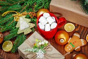 Aufsicht - Weihnachtsgeschenk, Tasse mit Marschmallows, Lebkuchenmann und Tannenzweigen