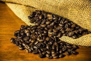 Aus dem Jutesack verschüttete Kaffeebohnen