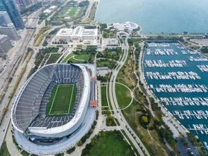 Aus der Luft: Soldier Field, The Field Museum, Shedd Aquarium und Marina