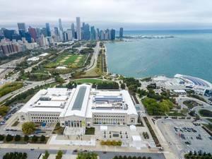 Aus der Vogelperspektive: The Field Museum, Shedd Aquarium, Grant Park und Chicagos Skyline im Hintergrund