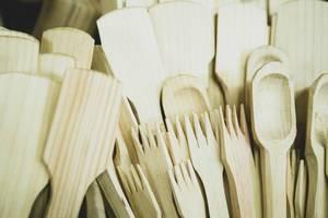 Aus Holz gefertigtes Besteck, Kochlöffel und Küchenutensilien