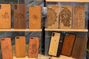 Aus Naturprodukten gefertigte, hölzerne Hüllen für Mobiltelefone mit geschnitzten Motiven