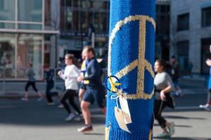 Aus Wolle gestricktes Friedenszeichen während des Boston Marathon in Boston, USA