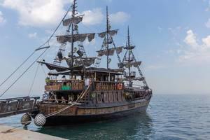 Ausflugsschiff in Form eines Segelschiffes aus dem Mittelalter