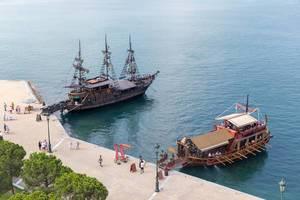 Ausflugsschiffe in Form einer Trireme und eines Segelschiffes in Thessaloniki