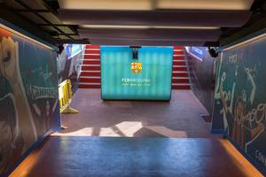 Ausgang des Spielertunnels vom FC Barcelona (Spanien) im Camp Nou Stadion zeigt das Vereinswappen