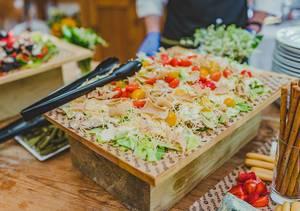 Ausgefallener Salat mit Tomaten und Chips