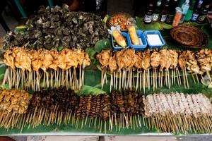 Auslage verschiedener Grillfleischsorten in einem lokalen Lebensmittelpark