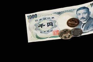 Ausländisches Zahlungsmittel: Japanische Yen vor schwarzem Hintergrund