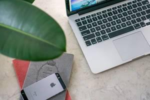 Ausrüstung eines Digitalen Nomaden - Laptop, Mobiltelefon und Notizblöcke