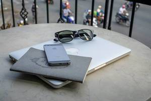 Ausrüstung eines Digitalen Nomaden mit Notebook und Smartphone auf Tisch