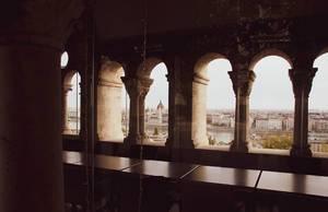 Aussicht aus der Fischerbastei über Budapest, die Donau und das Parlamentsgebäude