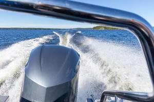 Aussicht vom Heck eines Schnellboots mit Blick auf den Motor und die Wellen auf dem See Päijänne in Finnland
