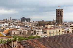"""Aussicht von der Dachterrasse des Hotel 1898 auf die gotische Kirche """"Basílica de Santa Maria del Pi"""" in Barcelona, Spanien"""