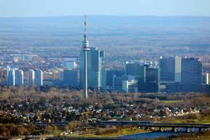 Aussichtspunkt am Donaupark: Luftbild vom Donauturm in Wien