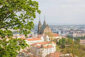 Aussichtspunkt bietet Sicht auf die St. Peters und Paul Domkirche und Kathedrale des Bistums Brünn, Tschechien