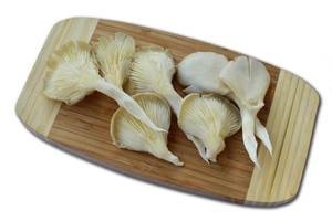 Austern-Seitlinge auf Holzbrett