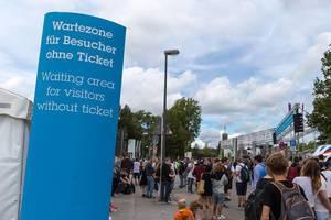 Ausverkaufte Veranstaltung: Wartebereich für Besucher ohne Karte bei der Gamescom Messe in Köln