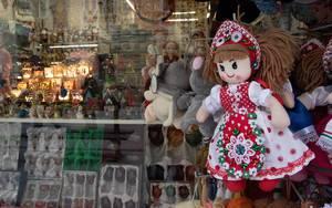 Auswahl an Spielsachen eines Souvenirgeschäfts in der ungarischen Hauptstadt Budapest