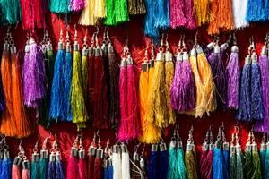 Auswahl Hänge-Ohrringe aus bunten Fäden