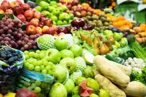 Auswahl von Früchten und Gemüse wie Champignons, Trauben, Äpfeln, Birnen, Kiwis, Orangen und weiteren tropischen Früchten