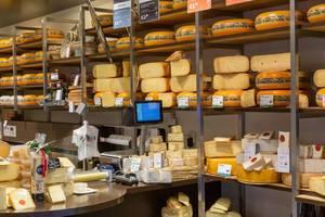 Auswahl von Käse in Spezialitätengeschäft in Zandvoord, Niederlande