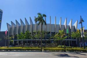 Außenansicht des Kongresszentrums im Iloilo Business Park, hinter Palmen, auf den Philippinen