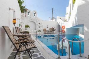 Außenpool im Innenhof im Hotel Antirides in Naoussa, auf der Insel Paros in Griechenland