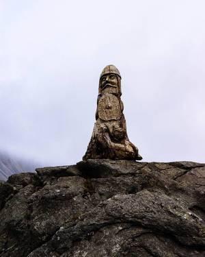 Authentic Icelandic wooden sculpture on rocks / Authentische isländische Holzskulptur auf Felsen